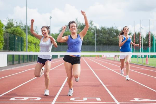 atleta celebra victoria en una carrera