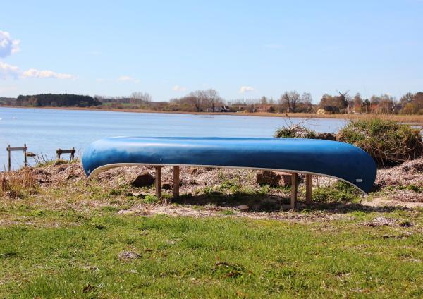 canoa colocada en la playa con