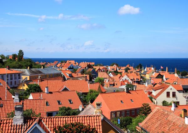 techos rojos y oceano en la