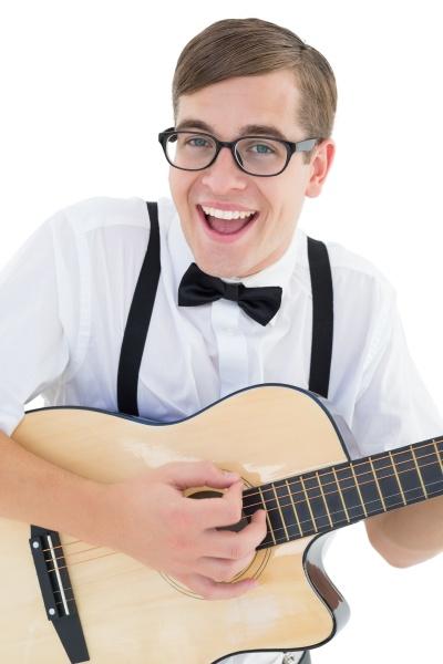 nerdy hipster tocando la guitarra