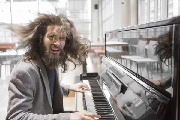 joven hipster tocando el piano