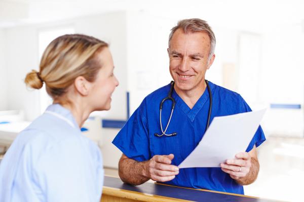 medico mujer conversacion risilla sonrisas medicinal