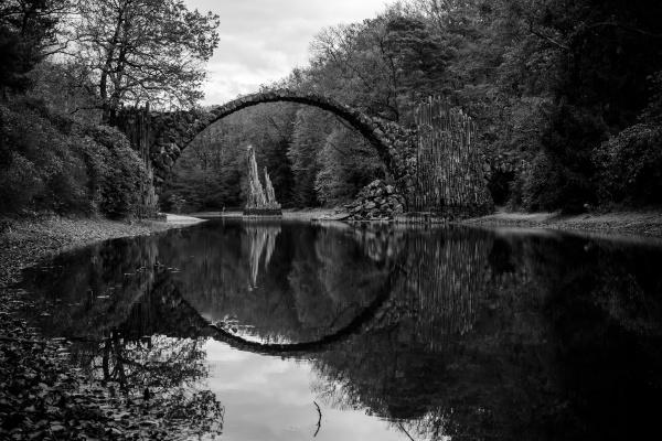 parque madera puente negro reflexion alemania