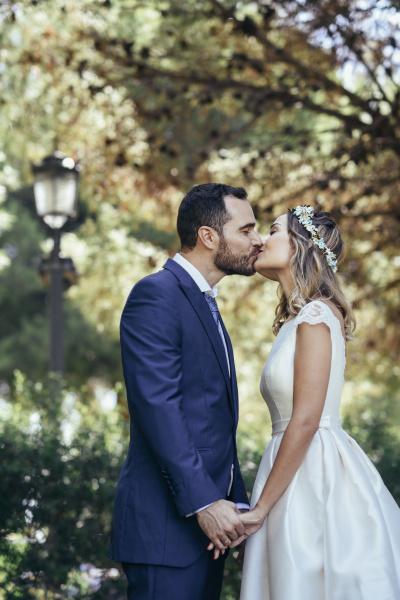 feliz pareja nupcial besandose en un