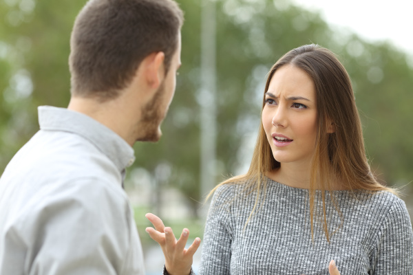 una pareja hablando seriamente al aire