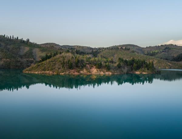 vista aerea del lago plastira al