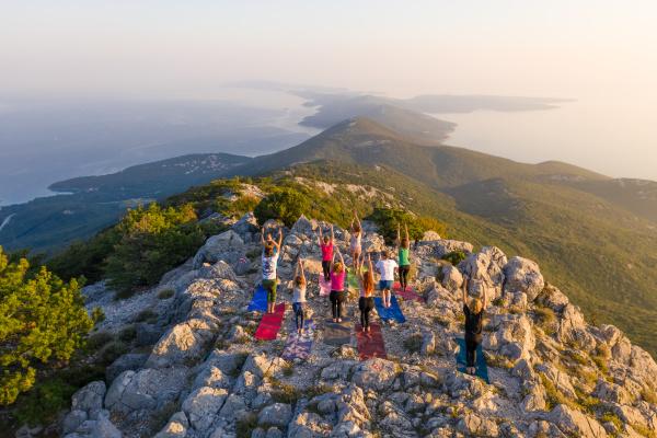 vista aerea del grupo practicando yoga
