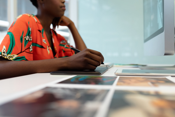 disenyadora grafica femenina trabajando en tabletagrafica