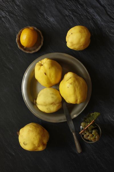 bodegon con membrillos limon y uvas