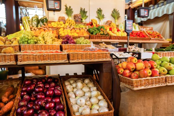 contadores con frutas y verduras frescas