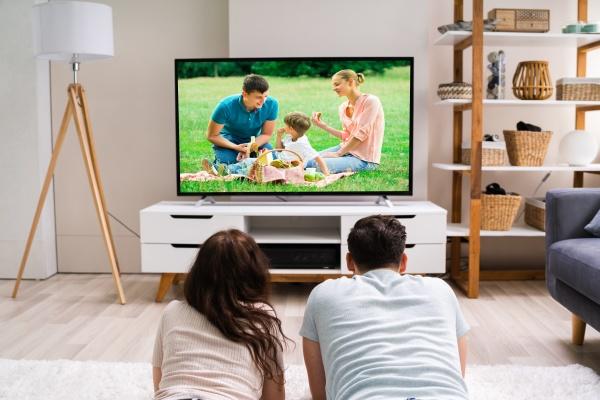 familia feliz viendo television o peliculas