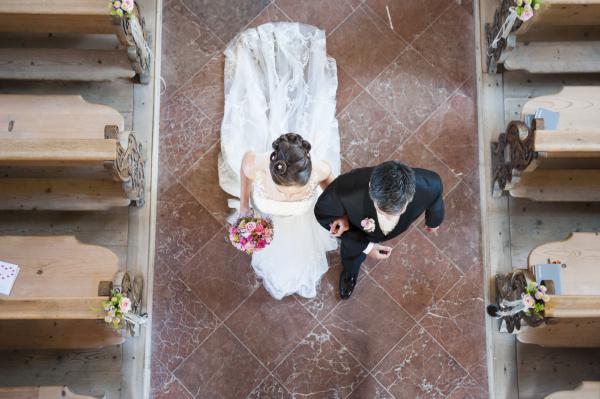 pareja recien casado caminando en el