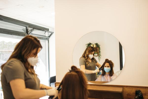 peluqueria femenina con mascarilla con maquina