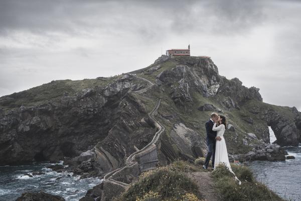 pareja nupcial en puente gaztelugatxe espanya