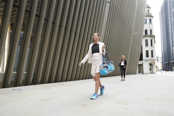 mujeres profesionales caminando por un sendero