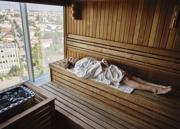 mujer mayor relajandose en sauna de