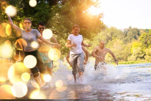 amigos de alegria de verano divirtiendose