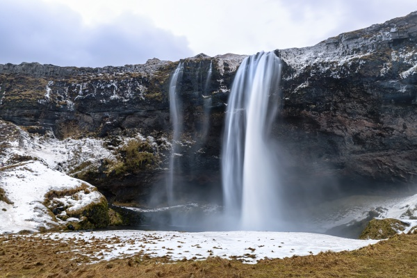 vista frontal de la cascada seljalandsfoss