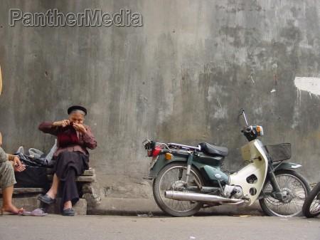 mujer ciclomotor pared fachada vietnam tejer