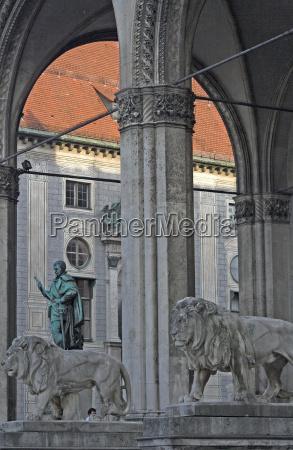 sala estatua leon gato columnas atraccion
