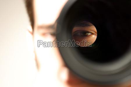 mirando a traves de la lente