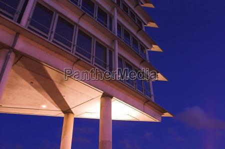 torre de oficinas en el puerto