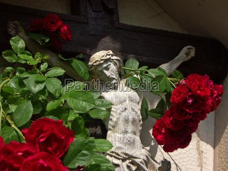 cruz con las rosas