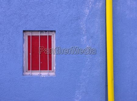 azul ventana fachada contraste de color