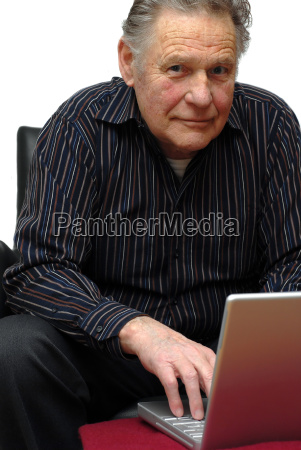 senior con laptop