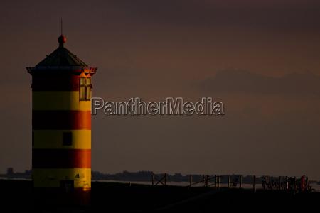 torre puesta del sol romantico de
