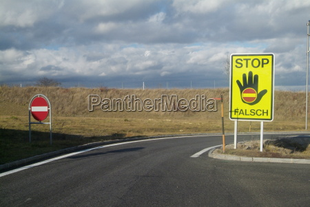 senyal peligro mano manos negro carretera