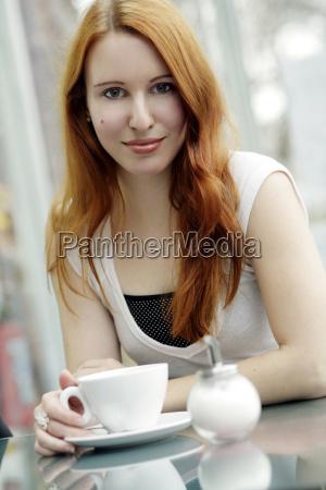 mujer cafe taza esperar espera mano