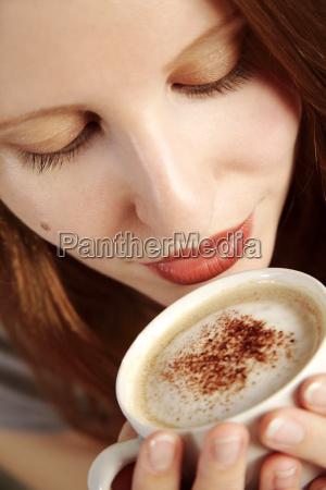 mujer cafe taza mano beber bebida