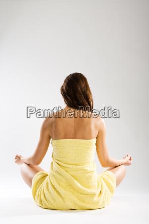 mujer meditacion serenidad izquierda meditar plantear