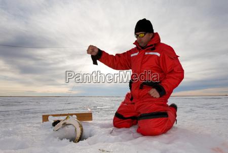 pescador de hielo capturando un pez