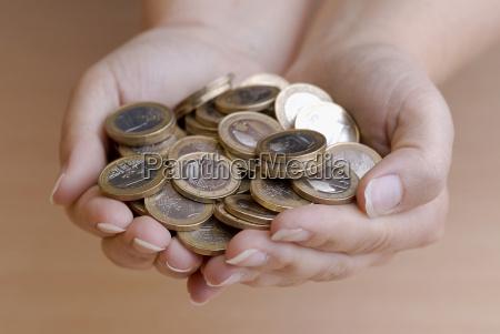 mano monedas mantener