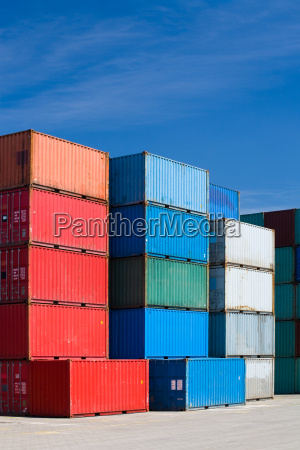 contenedores de carga en la terminal