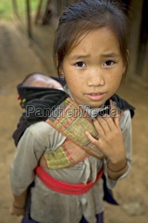 muchacha de hmong con el hermano