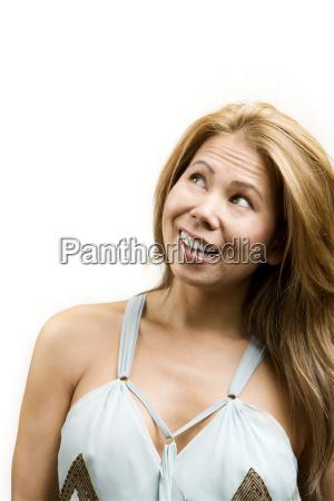 mujer etnica sobre fondo blanco