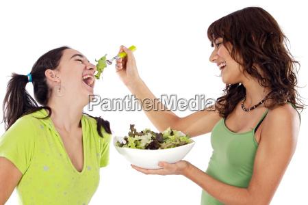 dos muchachas hermosas con una ensalada
