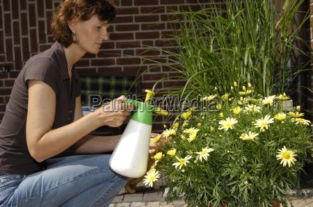 una mujer vierte flores