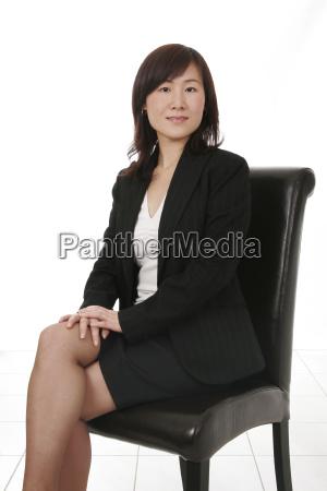 mujer de negocios asiatica con telefono