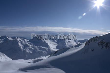 montanyas invierno suiza contra la luz