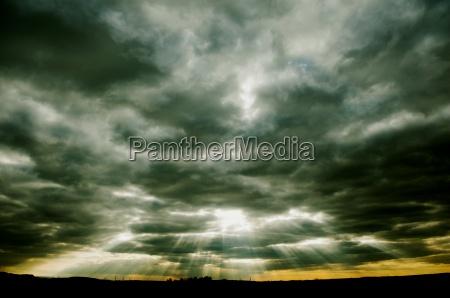 dramatico rayo de sol amenazante amenazador