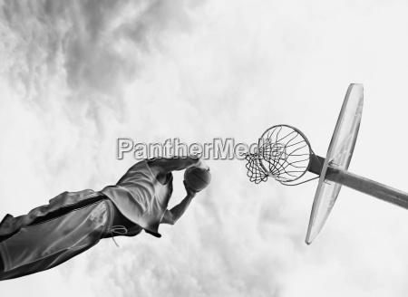 hombre juego baloncesto