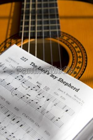 la guitarra y el libro de