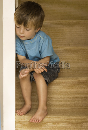 chico solitario en las escaleras