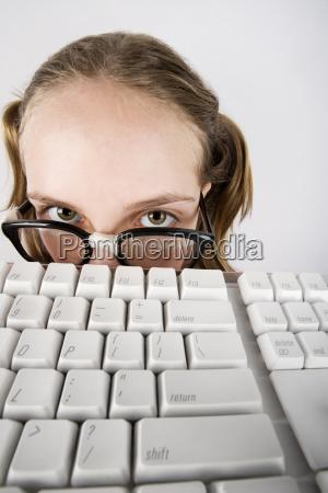 muchacha nerdy joven con un teclado
