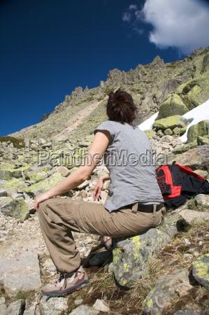mujer descansando entre rocas