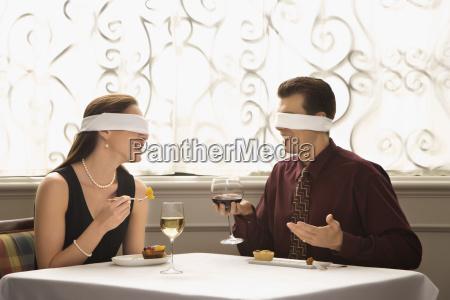 pareja en cita a ciegas